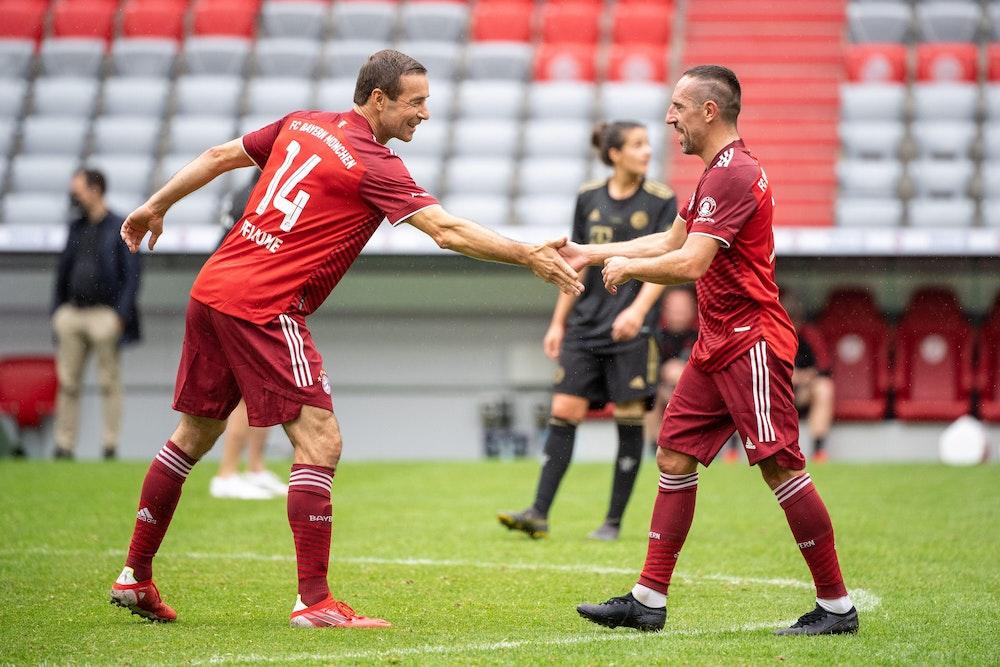In der Münchner Allianz-Arena schlagen sich Torschütze Kai Pflaume und Ex-Bayern-Profi Franck Ribéry ab.