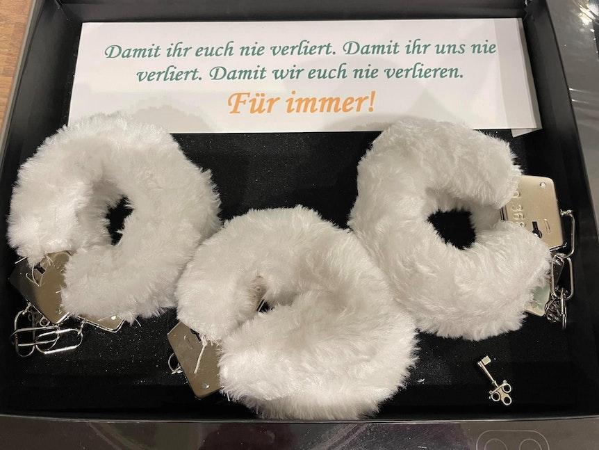 Handschellen in weißem Plüsch des Porzer Dreigestirns
