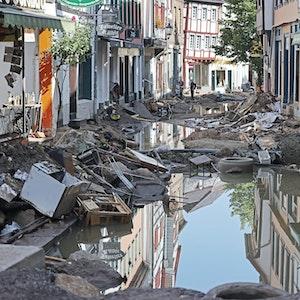 In Bad Münstereifel hat die über die Ufer getretene Erft erhebliche Schäden angerichtet.