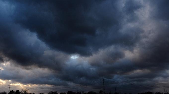 Dunkle Regenwolken ziehen über Düsseldorf.