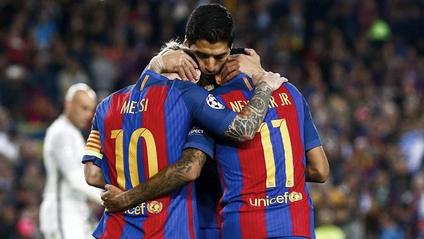 Lionel Messi, Luis Suárez und Neymar umarmen sich beim Torjubel für den FC Barcelona.