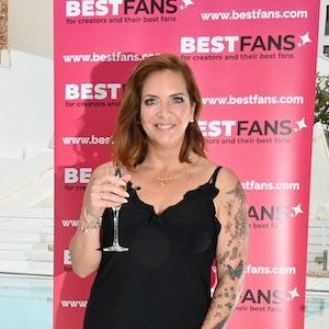 """Daniela Büchner posiert am 14. Mai 2021 mit einem Getränk bei einer Veranstaltung. Die Witwe von Jens Büchner (†49) wird ebenfalls bei """"Promi Big Brother"""" 2021 dabei sein, wie der Sender Sat.1 am 6. August bestätigte."""