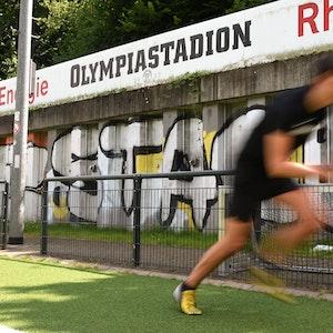 EXPRESS-Volontär Christopher Hostert setzt im Kölner Olympiastadion zum Sprint an.