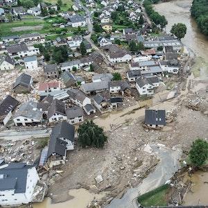 Weitgehend zerstört und überflutet ist das Dorf Schuld im Kreis Ahrweiler nach dem Unwetter mit Hochwasser. Jetzt wird gegen Landrat Jürgen Pföhler ermittelt.
