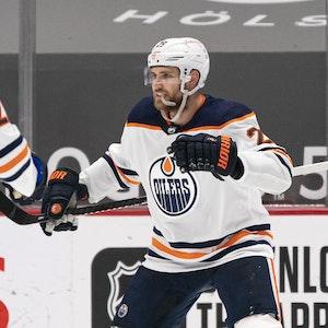 Darnell Nurse (l.) bejubelt mit Leon Draisaitl ein Tor der Edmonton Oilers in der NHL.
