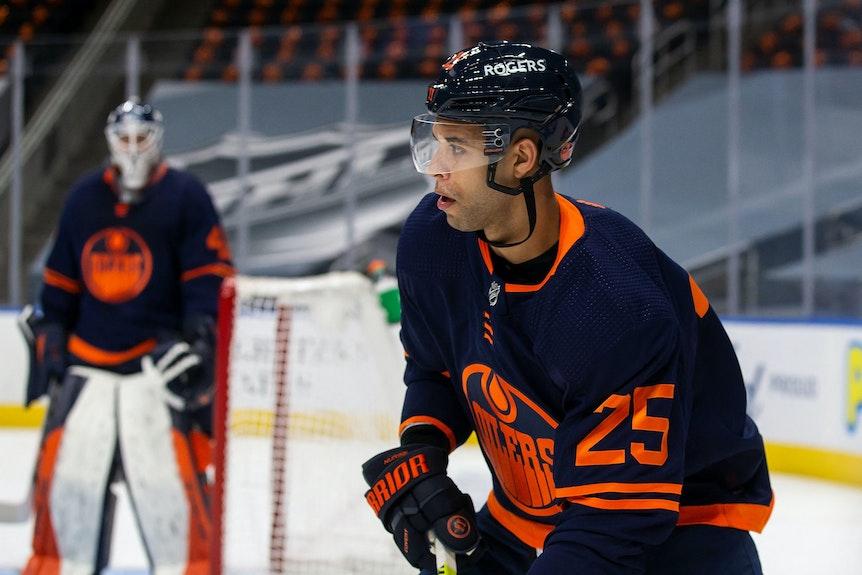 Darnell Nurse spielt im NHL-Spiel der Edmonton Oilers den Puck.