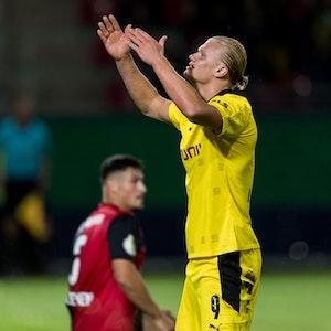 Erling Haaland jubelt im DFB-Pokal beim Spiel von Borussia Dortmund beim SV Wehen Wiesbaden.