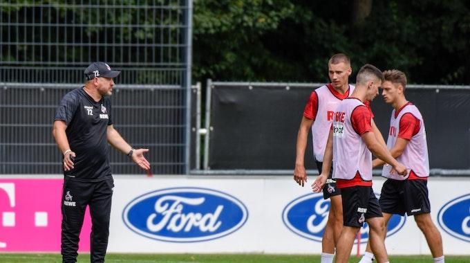 Steffen Baumgart spricht im Training beim 1. FC Köln mit seinen Spielern.