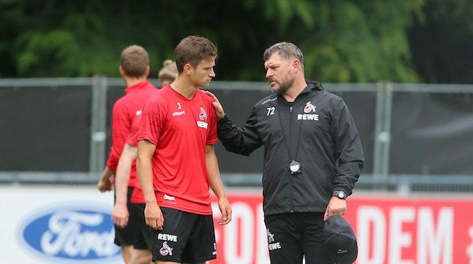 Steffen Baumgart spricht beim 1. FC Köln mit Noah Katterbach.