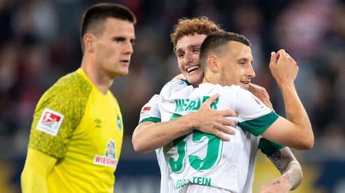 Werder Bremens Torhüter Michael Zetterer, Joshua Sargent und Maximilian Eggestein jubeln nach der Partie der 2. Bundesliga gegen Fortuna Düsseldorf.