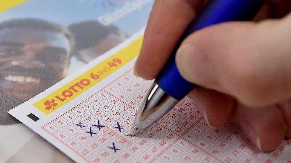 Ein Lottoschein wird im Musterladen der Land Brandenburg Lotto GmbH ausgefüllt.