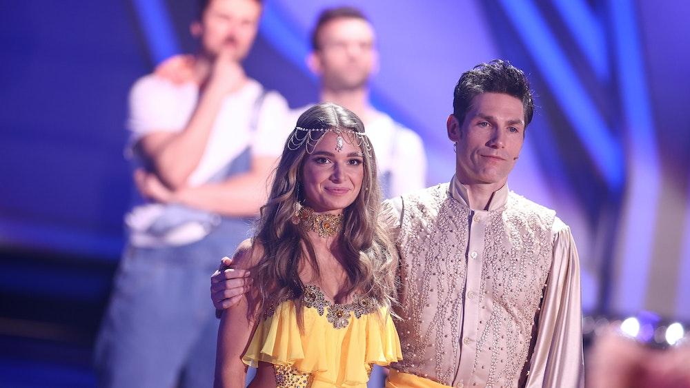 """Lola Weippert, Radiomoderatorin, und Christian Polanc, Profitänzer, stehen während der neunten RTL-Show von """"Let's Dance"""" nach ihrem Ausscheiden auf der Bühne. +++ dpa-Bildfunk +++"""