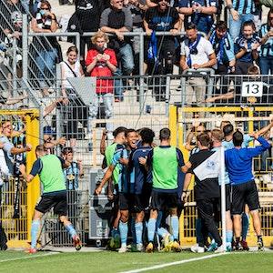 Die Spieler von Waldhof Mannheim jubeln im DFB-Pokal gegen Eintracht Frankfurt vor ihrem Fanblock.