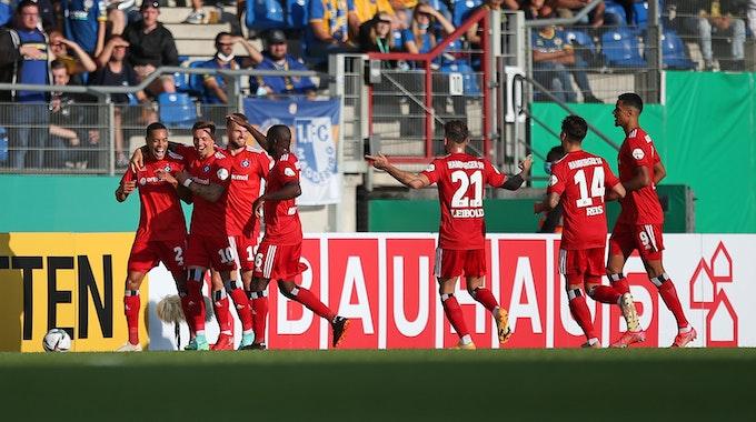 Der HSV bejubelt die Führung durch Jan Gyamerah im Pokalspiel bei Eintracht Braunschweig.