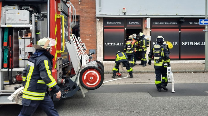 Die Feuerwehr am 8. August im Einsatz: Bei einem Feuer in Krefeld ist es zu einer Verpuffung gekommen.