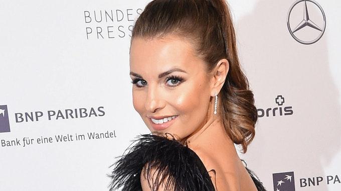 Laura Wontorra lächelt beim Bundespresseball 2018 in die Kamera.
