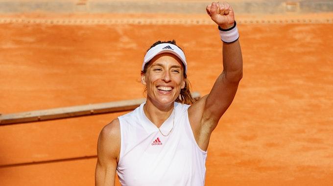Andrea Petkovic reckt bei einem Tennis-Turnier vor Freude die Faust.