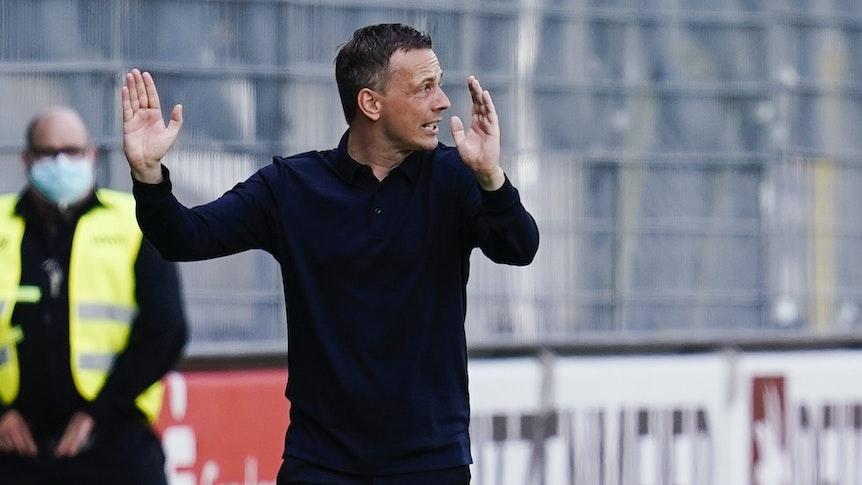 Fortuna Düsseldorfs Trainer Christian Preußer gestikuliert am Spielfeldrand.