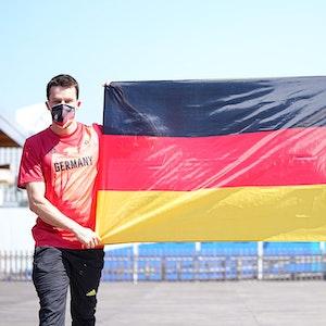 Patrick Hausding und Laura Ludwig halten eine Deutschland-Fahne