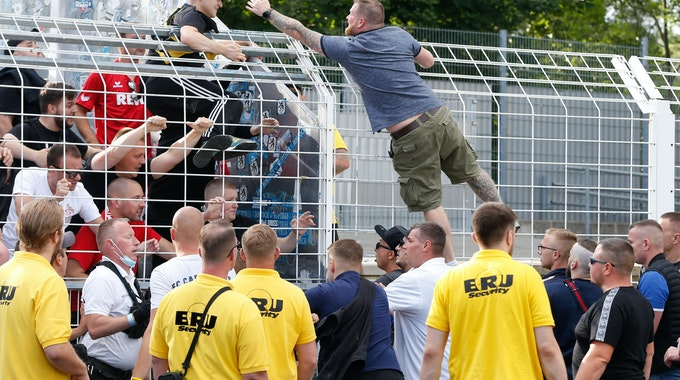 Nach dem DFB-Pokal-Spiel FC Carl Zeiss Jena gegen 1. FC Köln gab es kurze Ausschreitungen.