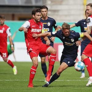Maximilian Oesterhelweg (Jena) im Kampf Jonas Hector and Rafael Czichos (1.FC Köln).