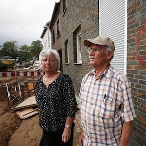 Maria Dunkel, Anwohnerin in Erftstadt-Blessem, spricht vor ihrem Haus mit dem Nachbarn Günter Groten. In Erftstadt tat sich in der Nacht zum 15. Juli die Erde auf und verschlang mehrere Häuser.