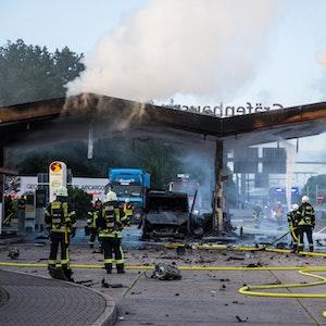 Die Feuerwehr löscht am Montag (9. August) einen Brand an der Autobahn-Tankstelle Gräfenhausen Ost. Ein Fahrzeug ist am Morgen an der Raststätte auf der Autobahn A5 gegen eine Zapfanlage gefahren und in Brand geraten.