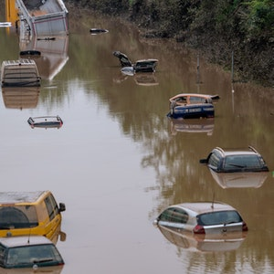 Autos stehen Mitte Juli auf der überfluteten Bundesstraße 265 im Wasser. Der Weltklimarat hat jetzt einen verheerenden Bericht zu Wetterextremen, Eisschmelze und dem steigenden Meeresspiegel veröffentlicht.
