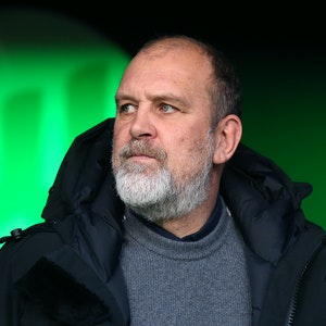 Wolfsburgs Geschäftsführer Sport, Jörg Schmadtke, betritt den Stadioninnenraum.