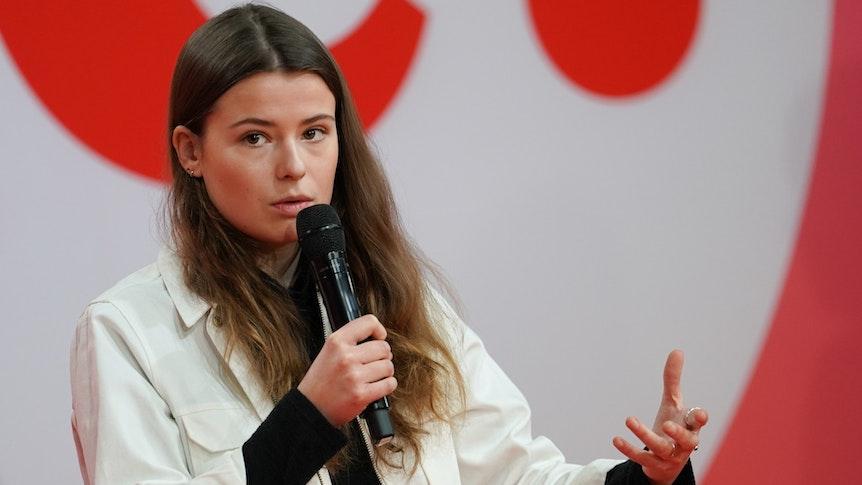 Die Klimaaktivistin Luisa Neubauer spricht im Dezember 2020 beim ersten digitalen Debattencamp der SPD. Sie hat die Politik angesichts des neuen Berichts des Weltklimarats aufgefordert, das fossile Zeitalter schnell und radikal zu beenden.