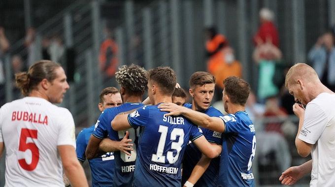 Die Spieler der TSG 1899 Hoffenheim feiern den Siegtreffer von Andrej Kramaric im DFB-Pokalspiel gegen Viktoria Köln.