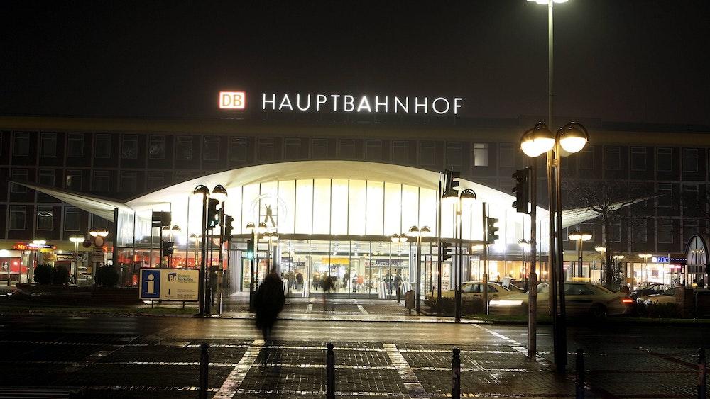 Der Hauptbahnhof in Bochum bei Nacht.