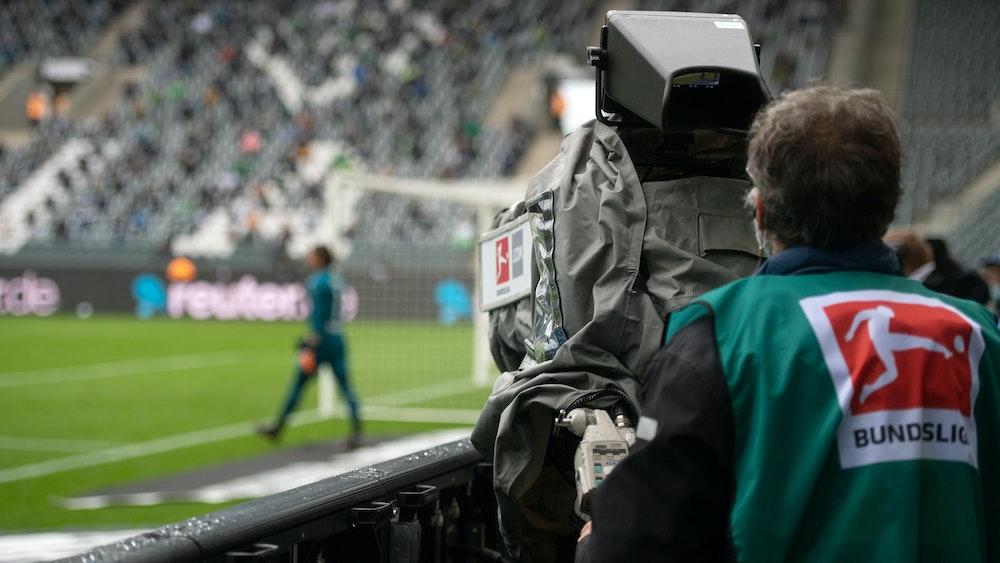Eine TV-Kamera filmt Borussia Mönchengladbachs Torwart Yann Sommer im Bundesliga-Spiel gegen Union Berlin.