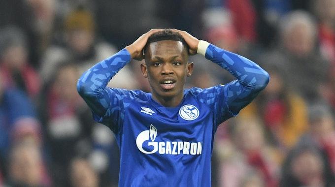 Rabbi Matondo von Schalke fasst sich beim Bundesligaspiel am 25. Januar 2020 beim FC Bayern an den Kopf.