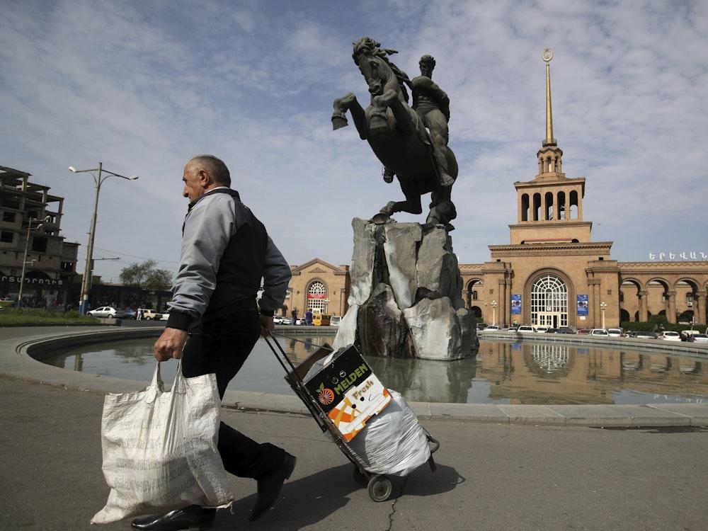 Mann geht in Eriwan in Armenien über die Straße.