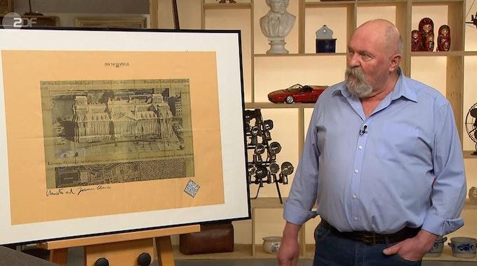 Hartmut Reitemeyer mit seinem Bild vom verhüllten Reichstag.