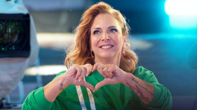 """Die Teilnehmerin Danni Büchner zeigt bei der Auftaktsendung der Sat.1 Fernsehshow """"Promi Big Brother"""" 2021 im Studio mit ihren Händen ein Herz ."""