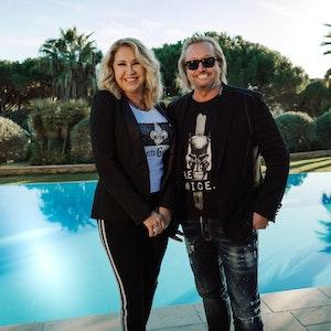 Carmen Geiss (hier mit Ehemann Robert) hat am 9. August ein süßes Knutsch Foto mit ihrem Liebsten gepostet. Eine echte Liebeserklärung!