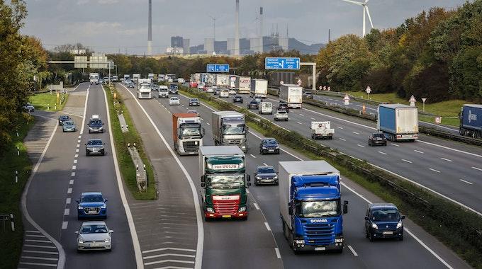 Viele LKW fahren auf der Autobahn A2.