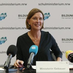 Die nordrhein-westfälische Schulministerin Yvonne Gebauer spricht bei einem Pressegespräch über aktuelle schulpolitische Themen.