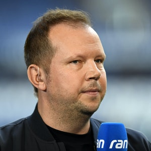 Wolff-Christoph Fuss am Ran-Mikrofon für Sat.1.