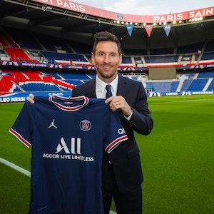 Lionel Messi posiert am 10. August erstmals mit dem Trikot von Paris Saint-Germain. Foto zur Berichterstattung frei verwendbar.