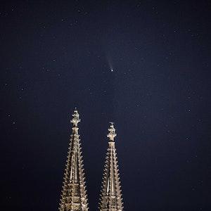 Die Spitzen des Kölner Doms vor dem Kölner Nachthimmel.