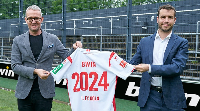 Im Franz-Kremer-Stadion präsentieren Alexander Wehrle und Stephan Heilmann die Vertragsverlängerung.