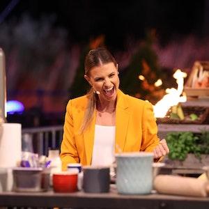"""Laura Wontorra moderierte bei """"Grill den Henssler"""" am 8. August 2021 nicht nur, sie musste auch an den Herd."""
