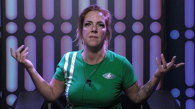 """Danni Büchner hebt entrüstet die Arme in die Luft bei """"Promi Big Brother""""."""