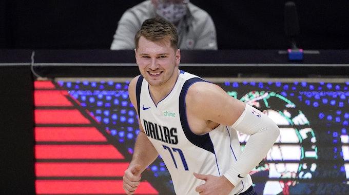 Luka Doncic lacht während des ersten Spiels der Dallas Mavericks in den Playoffs 2021 gegen die Los Angeles Clippers.