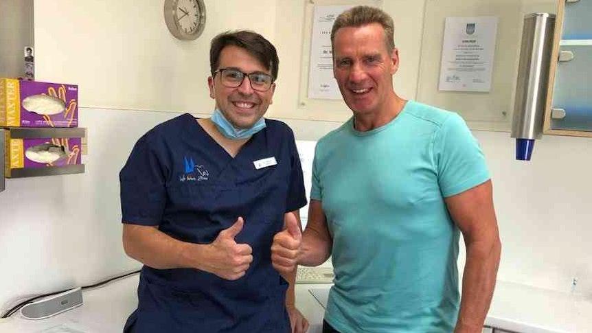 Dr. Felix Krahforst mit Jürgen Milski in der Kölner Zahnarztpraxis