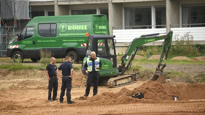 Arbeiter mit Bagger bei einem Bombenfund in Köln.