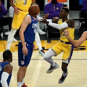 Dennis Schröder von den Los Angeles Lakers zieht im NBA-Spiel gegen Luke Kennard von den Los Angeles Clippers zum Korb.